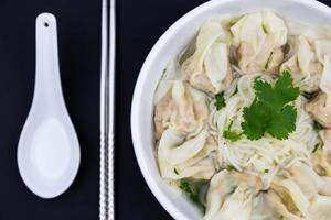 minestra di pasta cinese di wonton foto
