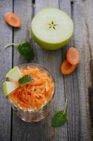 insalata di carote, mele e yogurt. foto