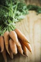 mazzo di carote biologiche foto