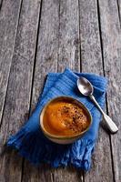 purea di zuppa di colore arancione foto