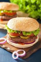 hamburger con ketchup di pomodoro cipolla lattuga tortino di manzo foto