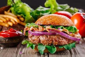 hamburger con pancetta da vicino. foto