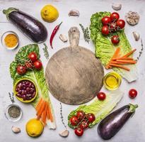 ramo di pomodori, limone, olio d'oliva, peperoncino, erbe aromatiche, lattuga, melanzane, foto
