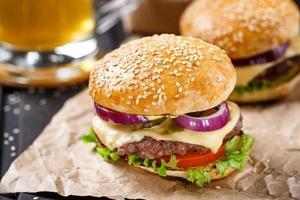 delizioso hamburger su tavola di legno