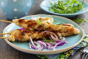 spiedini di manzo barbecue con salsa.