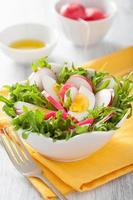 insalata sana con uovo ravanello e foglie verdi foto