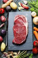 sfondo di cibo con verdure fresche e bistecca di manzo cruda foto