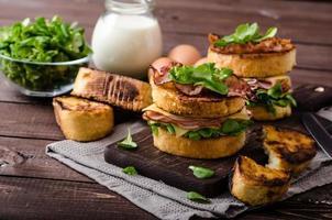toast alla francese con prosciutto fatto in casa, formaggio gouda foto