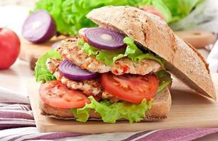 hamburger di pollo alla griglia foto