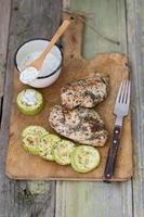 pollo alla griglia con salsa tzatziki foto