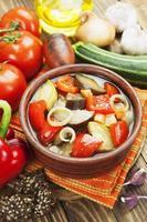 verdure al vapore nella pentola di ceramica foto