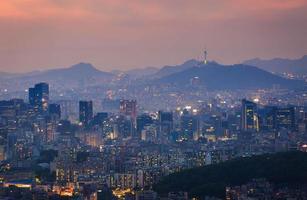 la città di Seoul e la torre di Seoul in giorno nebbioso foto