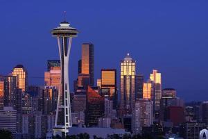 skyline di Seattle dopo il tramonto dal parco di Kerry foto