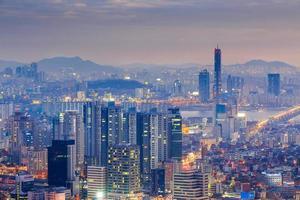 Seoul City e Yeouido di notte, Corea del Sud. foto