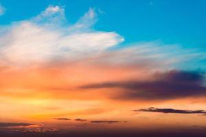 cielo al tramonto infuocato foto