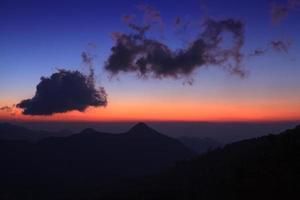 tramonto del paesaggio di montagna foto