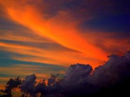 nuvola di colore al tramonto