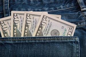 banconote nella tasca posteriore dei jeans. foto