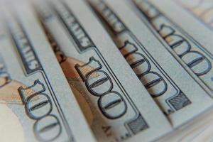 una pila di cento banconote in dollari macro foto