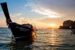 il tramonto rai pone la spiaggia Krabi Tailandia
