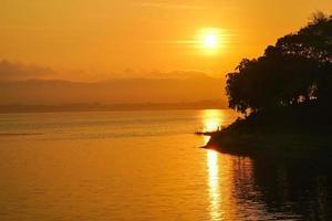 tramonto sopra un lago