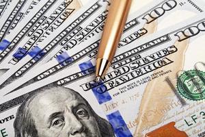 concetto di affari - soldi e penna foto