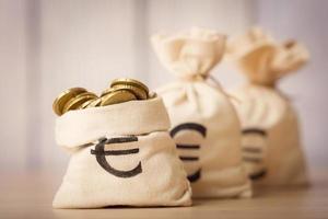 sacchi di denaro con monete in euro foto