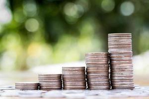 grafico crescente della pila della moneta dei soldi foto