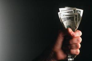 uomo d'affari conta i soldi nelle mani foto