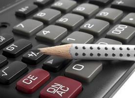 la calcolatrice e la matita, da vicino foto