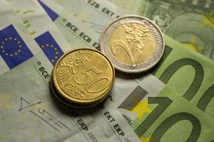 monete in euro e banconote. foto
