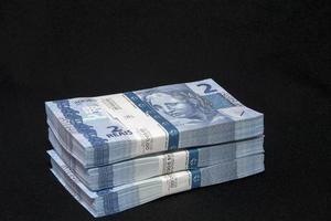 soldi brasiliani sul tavolo