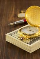 dollari di banconote in denaro su legno foto