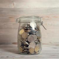 monete in vaso di vetro foto