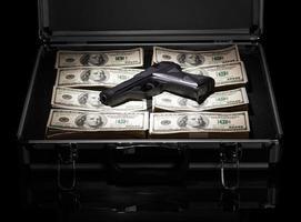 custodia con soldi e pistola foto
