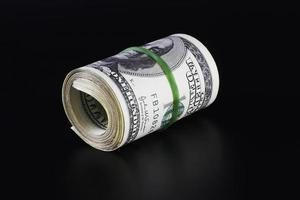rotolo di soldi (isolato su nero) foto
