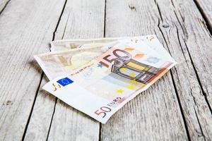 soldi su uno sfondo di legno foto