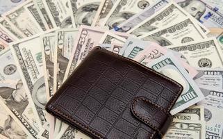 portafoglio con soldi come sfondo foto