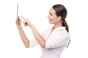 donna che punta a tavoletta digitale foto