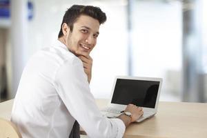 computer funzionante dell'uomo d'affari in ufficio foto