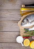 pesce fresco di dorado che cucina con spezie e condimenti foto
