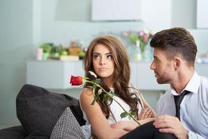 ritratto di due giovani in possesso di una rosa foto