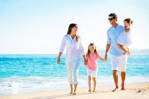 famiglia felice sulla spiaggia foto