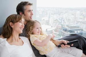 famiglia guardando la tv