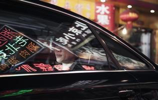 due uomini d'affari seduti sul retro di un'auto foto