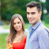 coppia di studenti all'aperto foto