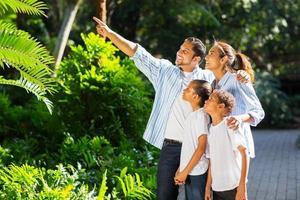 famiglia indiana guardando e indicando nel parco