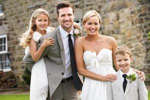 coppia di sposi con damigella d'onore e ragazzo di pagina al matrimonio