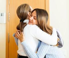 la madre vede la figlia adolescente foto