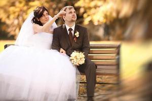 passeggiata di nozze al parco d'autunno foto